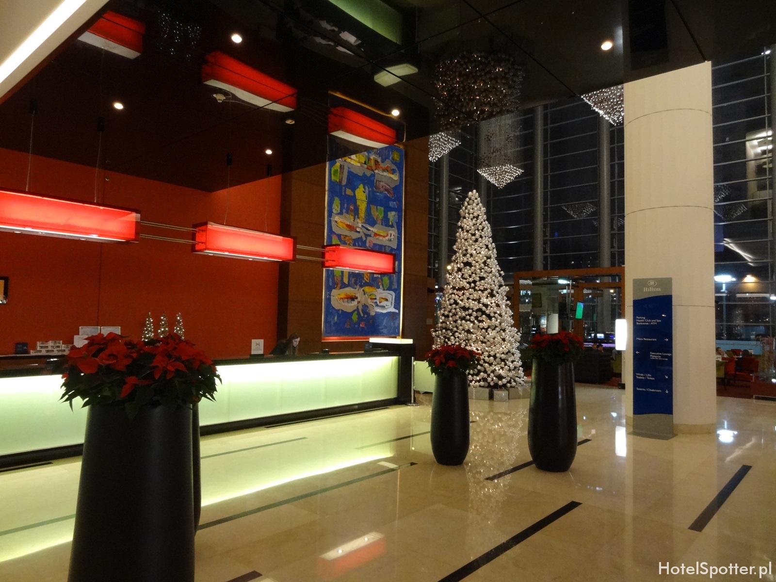 Hilton Warsaw Hotel - choinka w lobby
