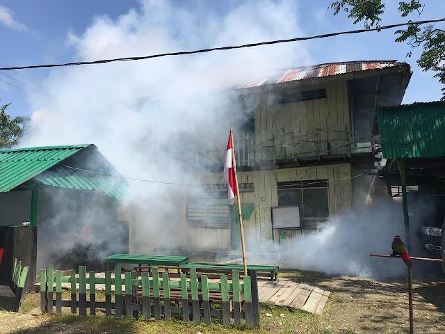 Cegah Malaria,  Prajurit Kostrad Fogging Rumah Warga