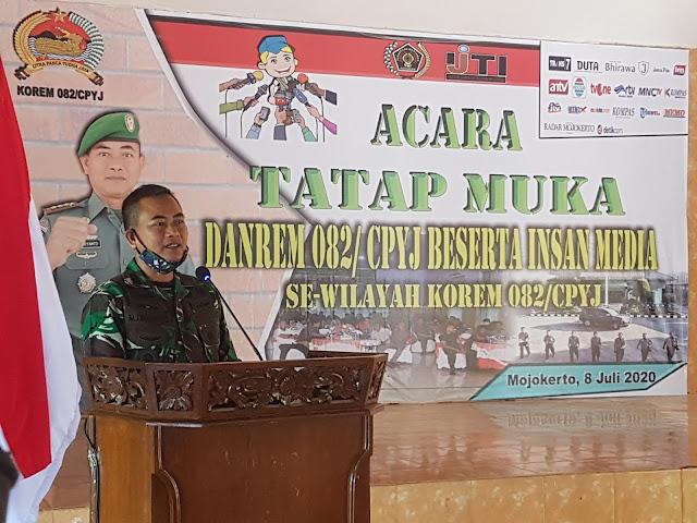 """Mojokerto - Danrem 082/CPYJ menggelar acara tatap muka beserta insan media se-wilayah kerja Korem 082/CPYJ di Griya Paramita Maha Korem 082/CPYJ, Rabu (8/7/2020).  Danrem 082/CPYJ, Kolonel Inf. Muhammad Dariyanto mengatakan jika saya lahir 50 tahun yang lalu di Tuban. Tujuan diadakan acara ini adalah untuk menjaga warisan budaya, moral dan etika agar dapat kita pertahankan.  """"Jangan terpangaruh oleh tatanan nilai dari luar. Media sosial khususnya wa, fb dan lain sebagainya semakin menjamur dimana-mana. Oleh karena itu berita yang negatif atau bahkan hoax harus kita respon secara bersama-sama termasuk insan media. Karena menjaga suasana kondusif merupakan kewajiban kita bersama,"""" ujar Danrem 082/CPYJ.  Lebih lanjut,  Danrem 082/CPYJ juga mengatakan jika khususnya untuk teman-teman media yang menyebarluaskan berita, saya berharap rekan-rekan media dapat memberikan informasi yang mengedukasi, bijak, berwawasan nasional dan memperkuat nasionalisme untuk persatuan dan kesatuan bangsa.   """"Mari kita bersatu padu, bergandengan tangan untuk menjaga ketahanan informasi nasional agar kita terhindar dari konflik dan perpecahan karna informasi yang negatif. Pada kesempatan ini juga saya juga mengingatkan untuk selalu menjaga kebersihan dan lingkungan karna pada saat ini seluruh dunia menghadapi covid-19. Sebenarnya ini virus flu, dan jika kita mempunyai penyakit bawaan seperti ginjal dan jantung bisa membuat kematian dengan cepat. Ya Wallahuallam tinggal nunggu waktu katanya. Mari Selalu pakai masker di luar rumah, jaga jarak, cuci tangan pakai sabun atau bisa juga pakai hand sanitizer,"""" jelas Danrem 082/CPYJ.  Sementara itu, Ketua PWI Mojokerto, Diak Eko Purwoto  mengatakan Media dan TNI sama-sama mempunyai senjata. Kalau TNI senjata api, kalau media cukup smartphone saja.   """"Tugas media sekarang adalah meluruskan berita atau mengkonfirmasi narasumber agar berita tersebut dapat dipertanggungjawabkan. Kami sangat mengapresiasi undangan Bapak Danrem 082/CPYJ yang sangat cepat sel"""