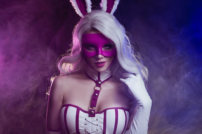 Daria Kulikova con su cosplay de White Rabbit