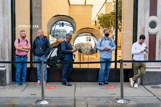Hàng đợi người mua iPhone 13 kém sôi động, tại sao lại như vậy?