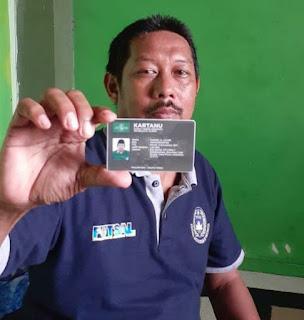Ketua PW Pergunu Jatim Sururi S. Ag menunjukkan E-Kartanu