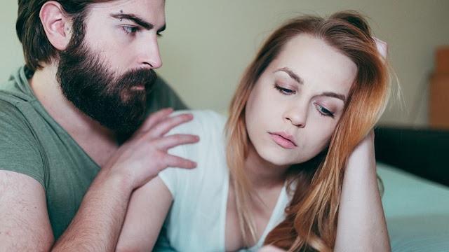 Hombre posesivo queriendo controlar a su pareja.