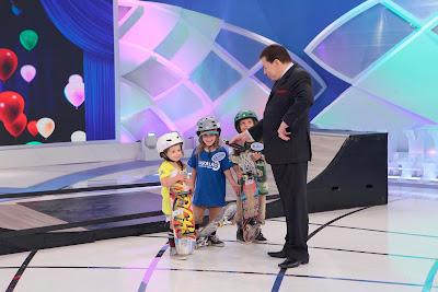 O apresentador com crianças do Talento Infantil (Crédito: Lourival Ribeiro/SBT)