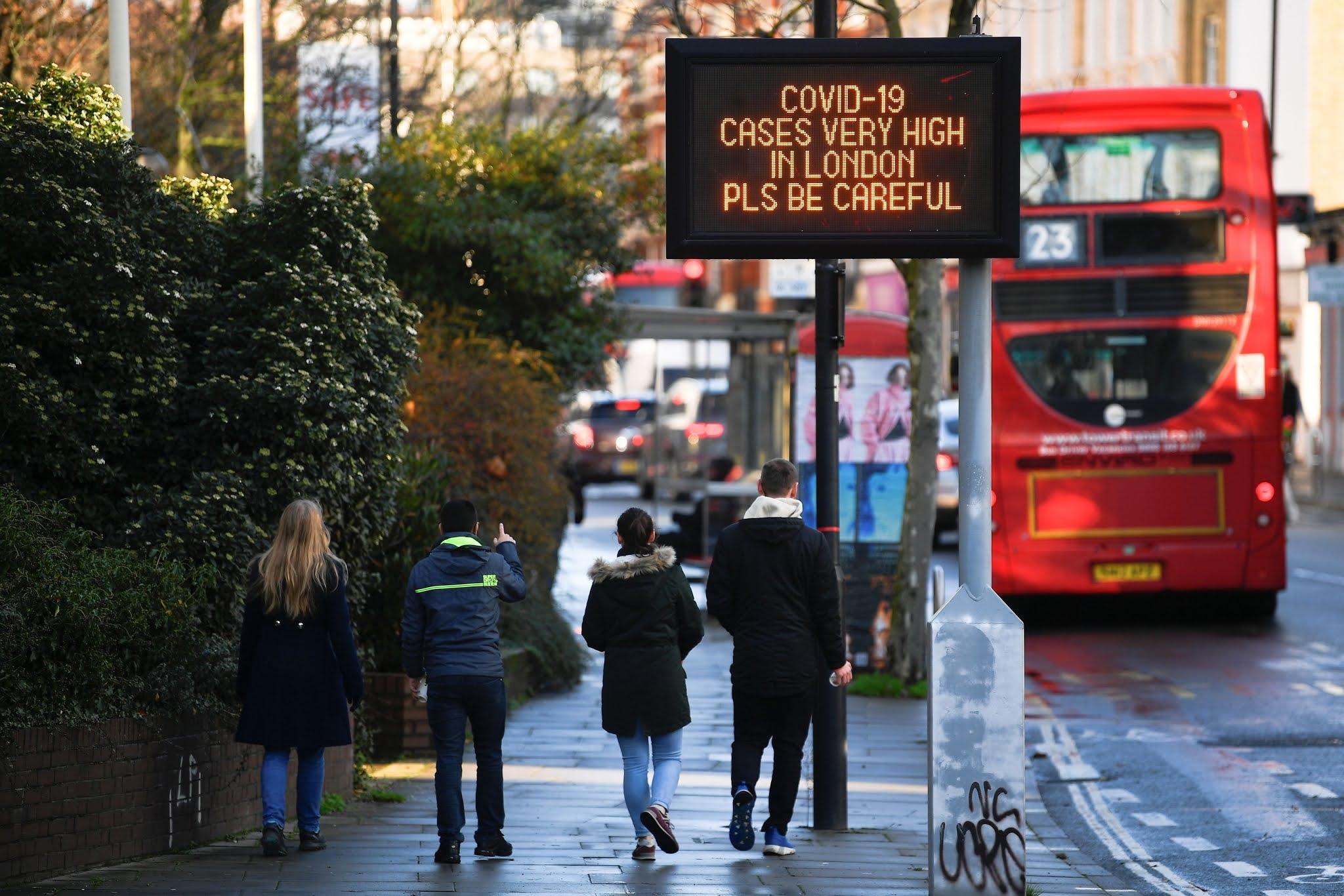 """Alarma en Europa: Reino Unido reconoce que la nueva cepa de coronavirus está """"fuera de control"""""""
