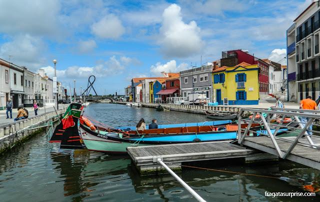 Moliceiros em um canal da Ria de Aveiro, Portugal