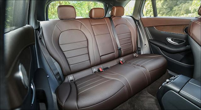 Băng sau Mercedes GLC 200 2019 thiết kế rộng rãi và thoải mái.