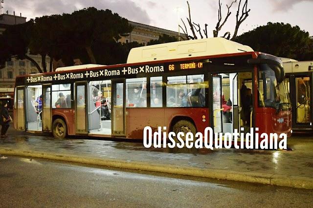 Non lo fanno salire sul bus senza mascherina, picchia autista e guardia giurata a Roma