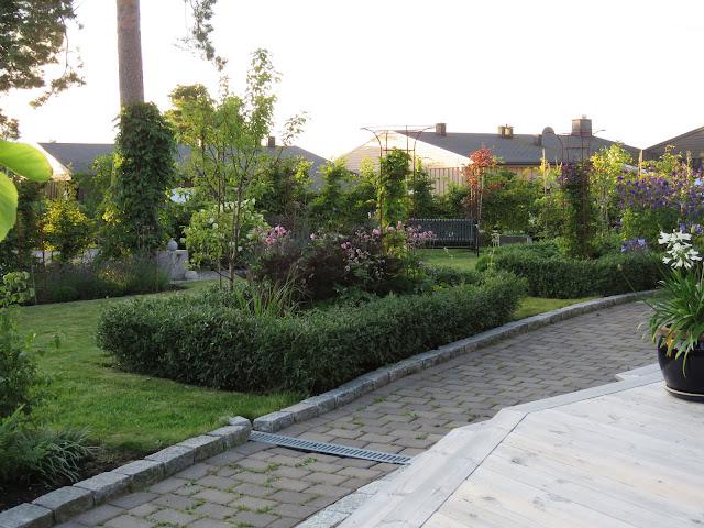 Tips til hagedesign. Oversiktsbilde fra terrassen i Furulunden