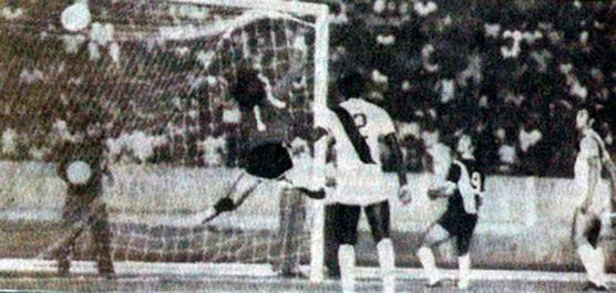Imagem histórica do momento em que Pelezinho marca gol olímpico contra o Vasco da Gama no Estadio Verdão (José Fragelli) pelo Campeonato Brasileiro de 1976