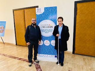 صورة الزهري عبد العزيز و نبيل المعروفي بجانب لافتة اليوم الدراسي