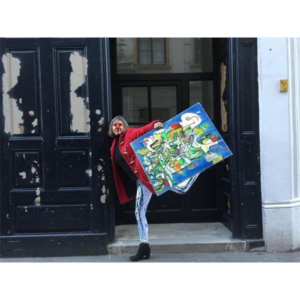 Künstlerin als Clown verkleidet mit ihrem Bild