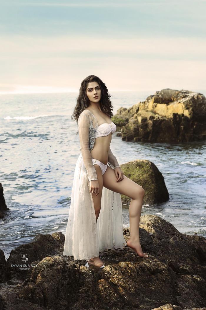Sakshi Chaudhary Hot Sexy Navel Show In White Bikini