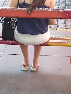 Bonita mujer falda entallada tanga marcada