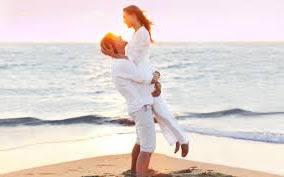 Un amarre de amor es un vínculo mágico creado entre dos personas utilizando hechizos o rituales de magia. Se puede realizar para unir parejas o para mantener el amor existente. Se utilizan materiales domésticos cercanos a la pareja, usuales en los hechizos de amor y los rituales caseros.