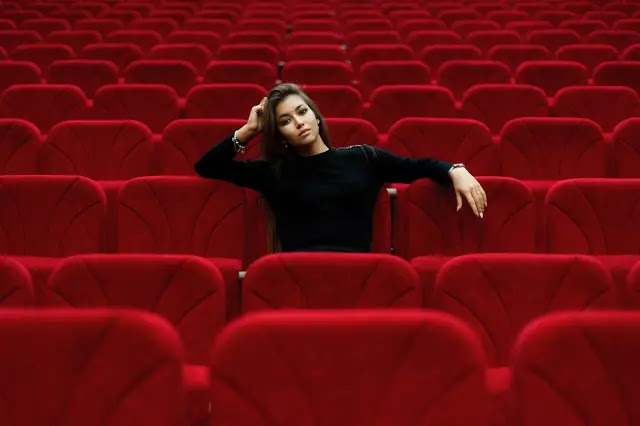 Sola en el cine