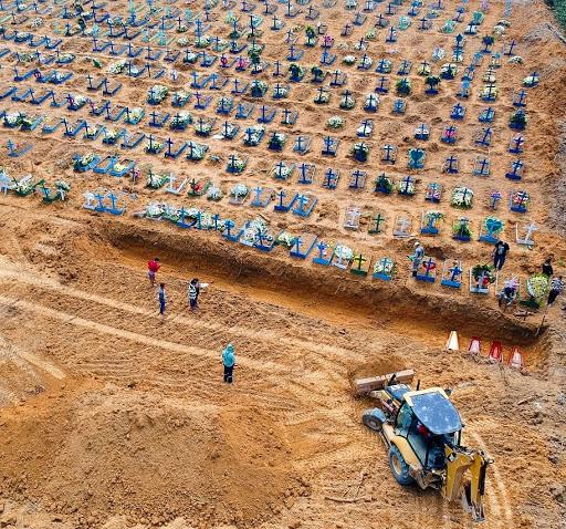 Com aumento de mortes, Manaus faz enterros em valas coletivas