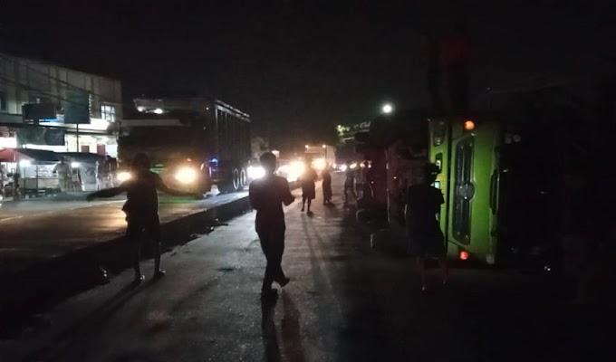 Akibat Hindari Minibus dan Minim Rambu Proyek, Truk Tronton Terguling