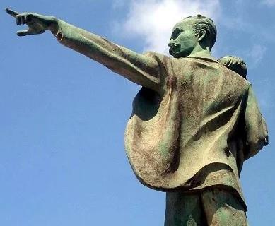 Foto del monumento de José Marti con un bebé