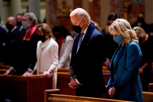 Arzobispo sugiere que a Pelosi y Biden se les niegue la Comunión