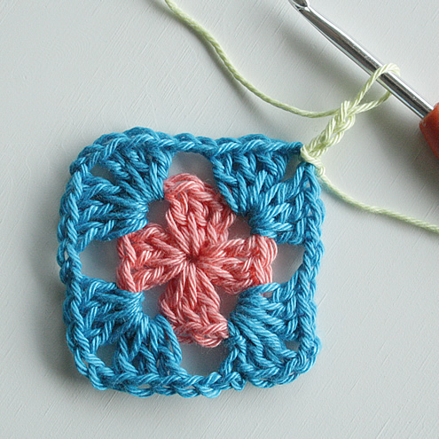 Granny square haken, uitleg | Granny square crochet tutorial - Happy in Red