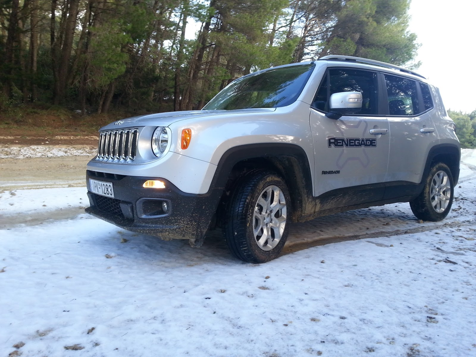 4 Ρίχνουμε ένα Jeep Renegade σε λάσπη, χιόνι, χώμα
