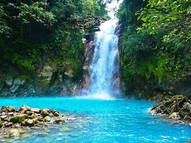 Hay 5 manantiales minerales naturales (manantiales termales de Tabakon) en el parque Arenal, algunos de ellos son pequeños estanques con aguas tranquilas, otros son cascadas de pequeñas cascadas.