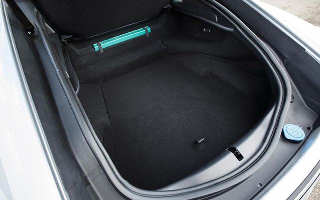 Khoang chứa đồ Jaguar F-Type có diện tích trung bình, có thể chứa những đồ đạc cơ bản