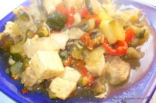 рагу из свинины и овощей готовое, на тарелке