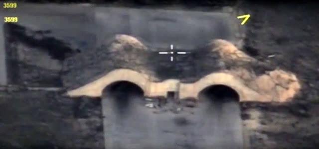 """O centro de comando conjunto das tropas aliadas do presidente sírio, Bachar al Assad, que incluem forças da Rússia, Irã, o Hezbolá e várias milícias ligadas ao regime, advertiu os Estados Unidos que responderá com a força caso o país volte a atacar a Síria, como os norte-americanos fizeram na sexta-feira passada, quando Donald Trump mandou bombardear com mísseis Tomahawk a base aérea de Shayrat. """"O que os Estados Unidos perpetraram é uma agressão contra a Síria que cruza a linha vermelha. A partir de agora responderemos com força a qualquer agressor ou qualquer violação da linha vermelha por quem quer que seja, e os Estados Unidos conhecem bem nossa capacidade de responder"""", informa o comunicado, divulgado por Ilam al Harbi, segundo a agência Reuters."""