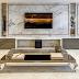 Sala de tv com painel de mármore e toques dourados, fendi e clássicos!
