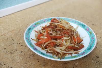 Frisch gebratenes Gemüse aus dem Wok: Sojasbohnenprossen und Karotten aus dem Wok