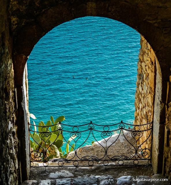 O mar no Golfo da Argólida visto da fortaleza da Acronafplia, em Nafplio, Grécia