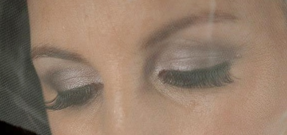 strip lashes on bride