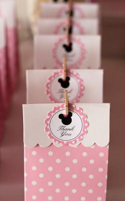 Idee cutii marturii botez in tematica Minnie Mouse, in forma de gentuta, culoare roz si alb si eticheta in tema