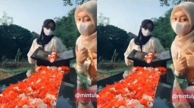 Dua Perempuan Joget <i>TikTok</i> di Makam Orang Tuanya Tuai Kecaman Netizen: Krisis Akhlak!