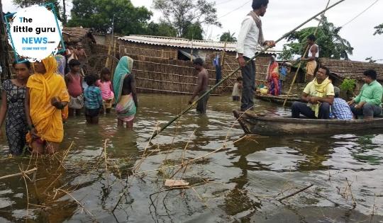 बाढ़ से गांव बना टापू, घर भी गिर गए, कहाँ जाएं, क्या खाएं