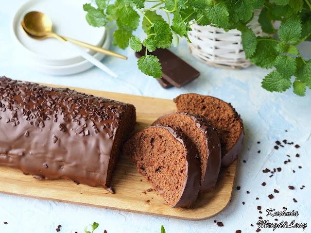 Śmietanowa babka z czekoladą