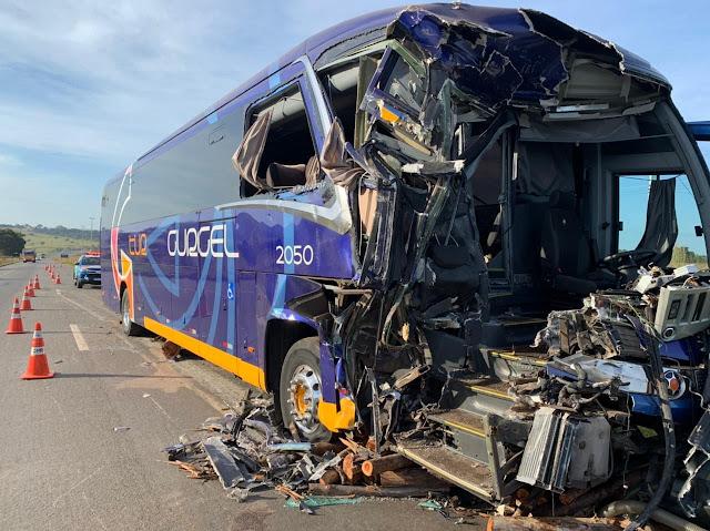 Ônibus com 18 pacientes de Cristalina sofre acidente
