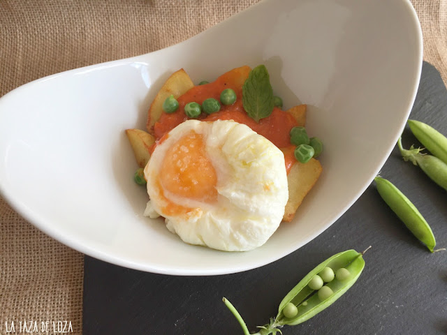 huevo-poché-con-tomate-frito-casero-y-patatas