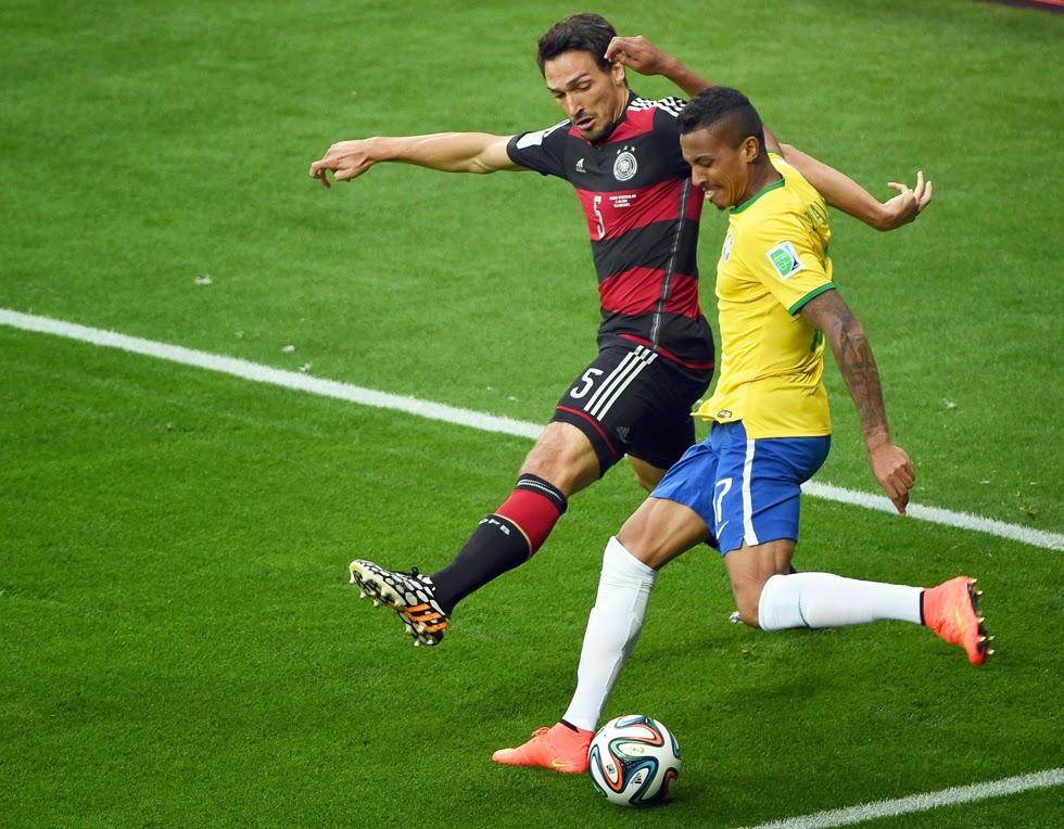 La histórica goleada por 7-1 de Alemania a Brasil en la semifinal del Mundial de fútbol fue el partido más comentado de la historia en Twitter en cualquier disciplina deportiva. Así lo publicó la cuenta oficial de Twitter en Reino Unido (http://dpaq.de/52qqF), precisando que durante el partido disputado el martes en Belo Horizonte se enviaron un récord de 35,6 millones de tweets referidos al encuentro. Los jugadores más aludidos fueron los alemanes Toni Kroos, autor de un doblete, y Miroslav Klose, que se convirtió en el máximo goleador de la historia de los Mundiales al marcar su décimo sexto tanto,