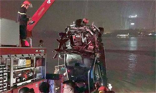 Tìm thấy chiếc Mercedes cùng 2 người chết dưới lòng sông Hồng