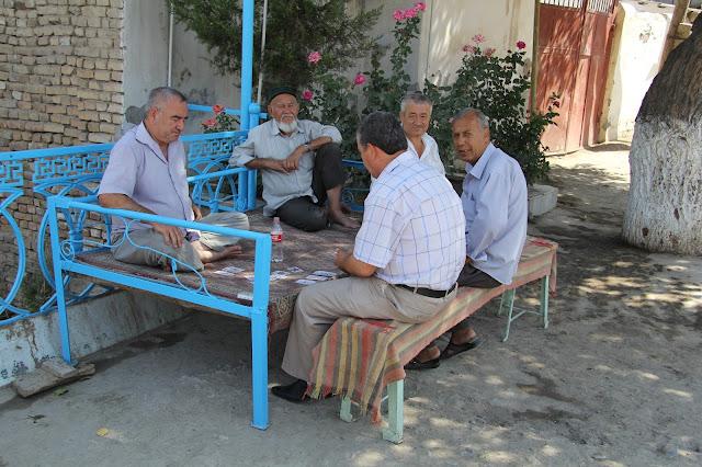 Ouzbékistan, Samarcande, tapchane, tapshan, joueurs de cartes, © L. Gigout, 2012
