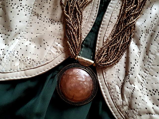 5. Rzucająca się w oczy biżuteria. W kwestii biżuterii panują w stylu boho jakby dwie zasadnicze tendencje. Pierwsza - to biżuteria bardzo masywna, duża i kolorowa - utrzymana w klimatach orientalnych i niekiedy zahaczająca wręcz o kicz. Druga - to łańcuszki i bransoletki bardziej eleganckie i subtelne, z doczepionymi delikatnymi charmsami i kobiecymi zawieszkami. Osobiście jestem akurat maksymalistką i zwolenniczką tego pierwszego trendu - uwielbiam biżuteryjne chwosty, kolczyki wiszące aż do samych ramion, okazałe naszyjniki z piór oraz wykonane techniką sutasz. Popularne są też bransoletki na kostkę oraz biżuteria typu body-chain - a więc łańcuszki oplatające całe ciało.