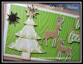 Een close-up van de kerstboom en de 2 herten/reeën. A close-up of the Christmas-tree and the 2 deer.