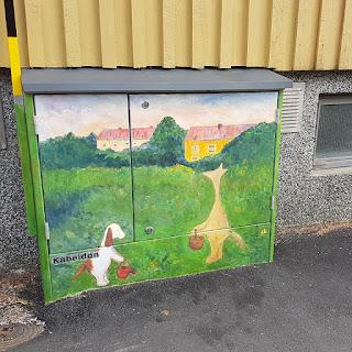 Sähkökaappimaalaus, missä Hulmu ja Haukku hoitavat puutarhaa