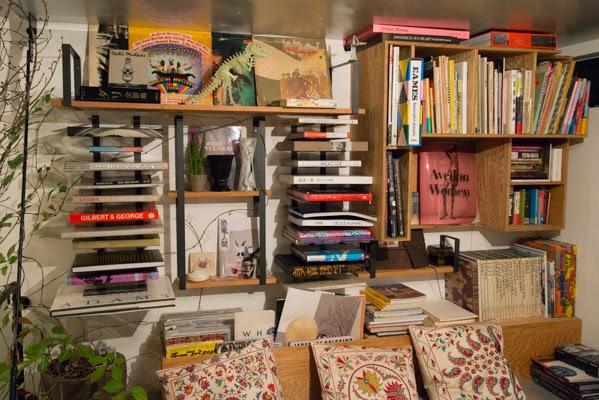 表参道SHOPの中2階の本棚