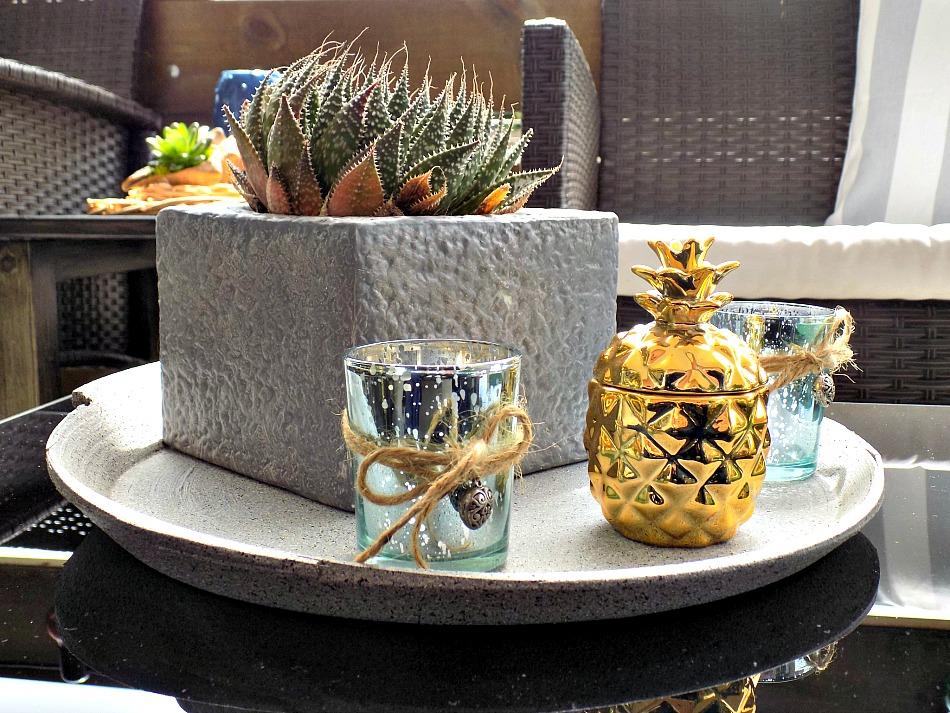 Καλοκαιρινή διακόσμηση στην βεράντα, κάκτος, κηροπήγιο ανανάς χρυσό
