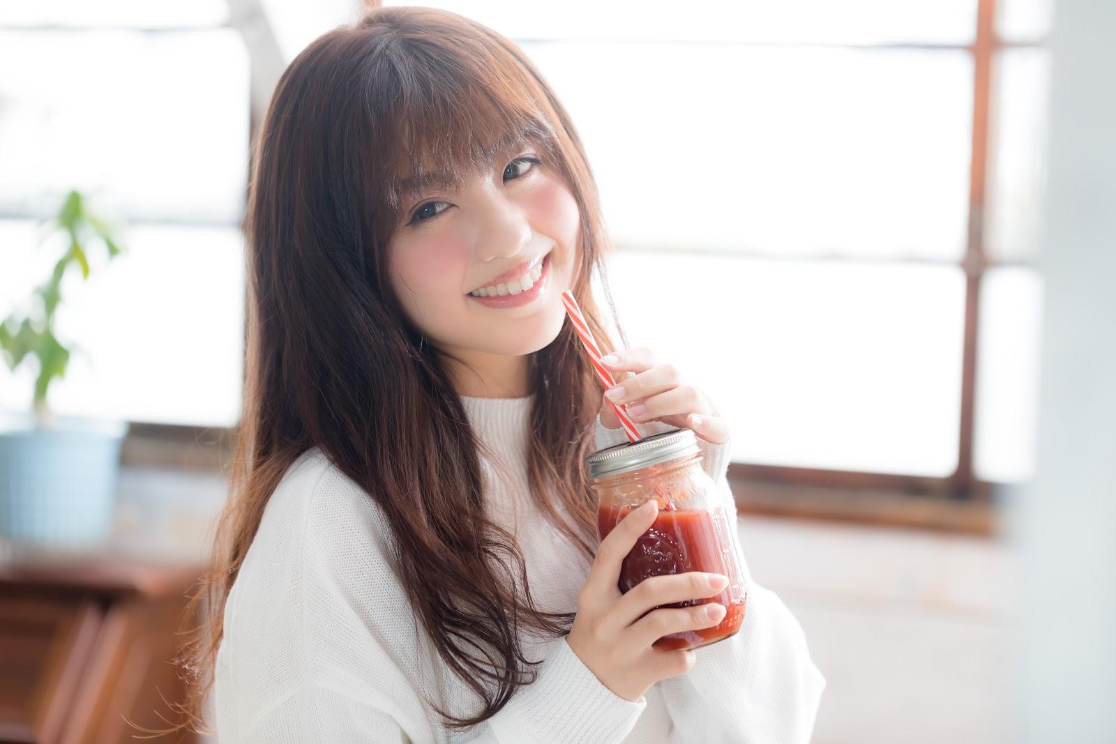 河村友歌がモデルの写真:レッドスムージーを飲む女性