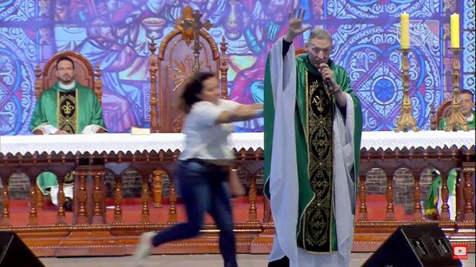 Padre Marcelo Rossi é empurrado de altar durante missa